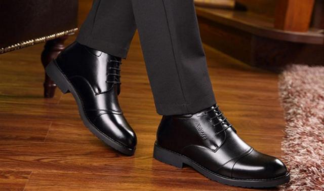 Cách làm mềm da giày bằng xi đánh giày